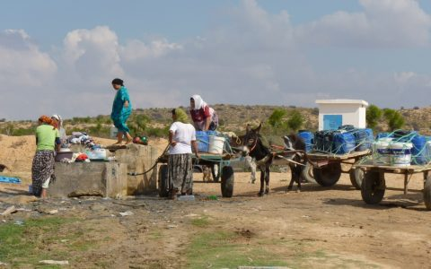 TN - Women washing and taking water home in the upper Merguellil catchment