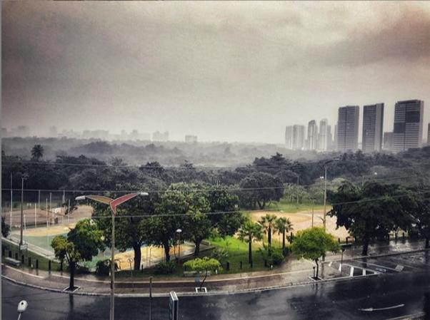 Fortaleza amanhece com forte chuva acompanhada de raios e trovões