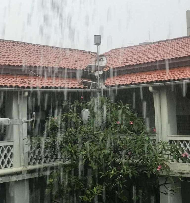 Conforme havia sido previsto, Fortaleza estava susceptível a eventos de chuvas nesta manhã (Foto: Leandro Castro)