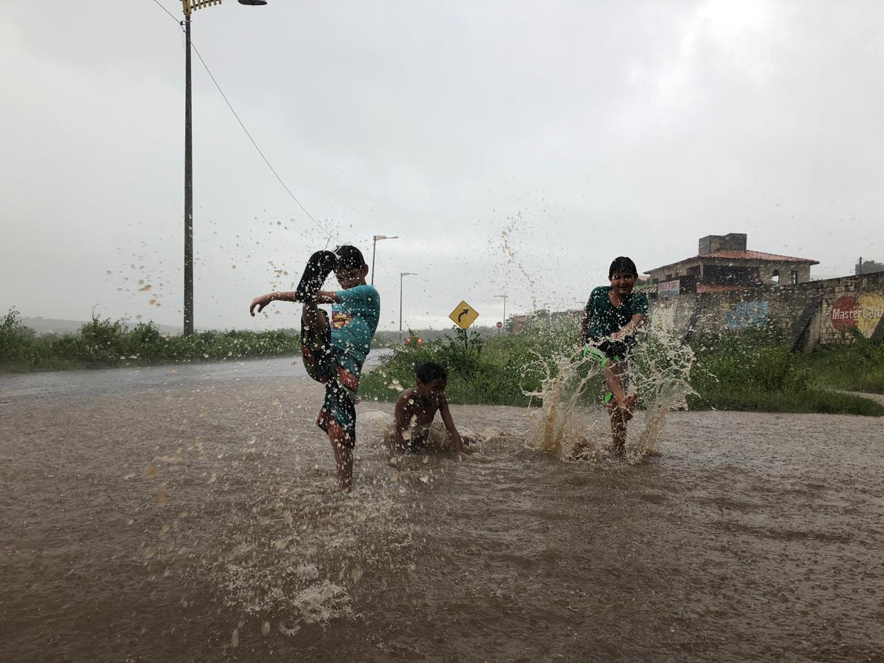 Chuvas no município de Cedro, no Cariri, alegraram a criançada (FOTO: Marciel Bezerra)
