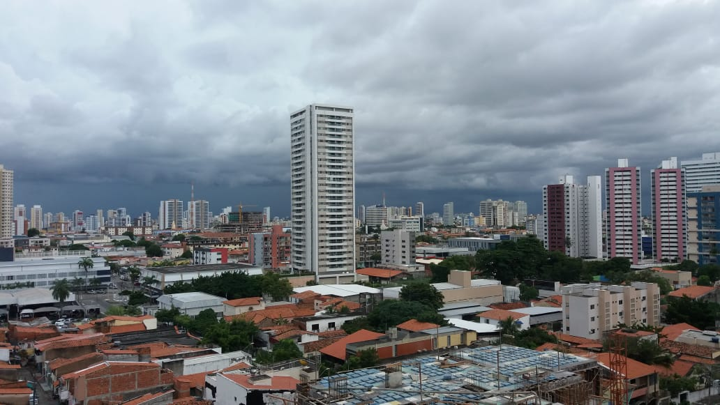 Fortaleza registra chuva desde o início da madrugada deste domingo (FOTO: Bruno Dias)