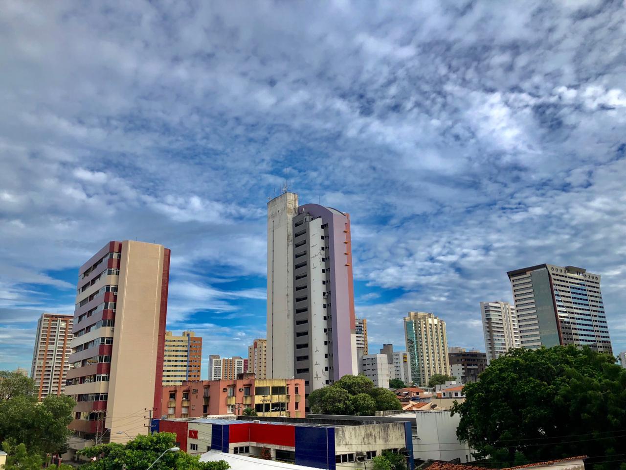 O dia começou com céu mais claro na Capital, mas cenário meteorológico ainda indica possibilidade de chuvas (FOTO: Marciel Bezerra)