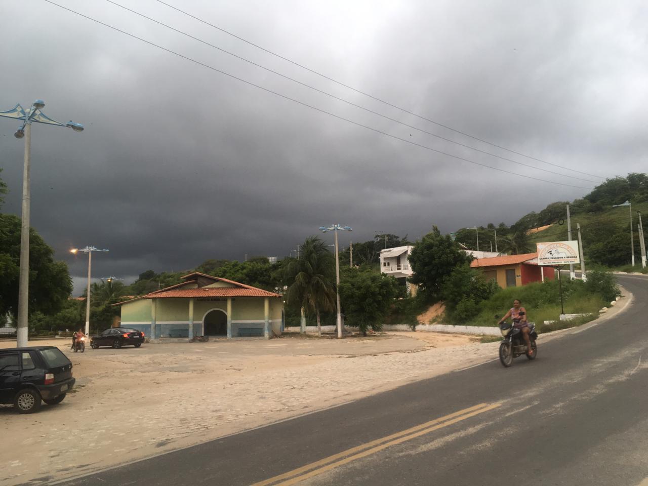 Em Icapuí, o tempo fechou entre o fim da tarde e o começo da noite de ontem (FOTO: Carlos Medeiros)