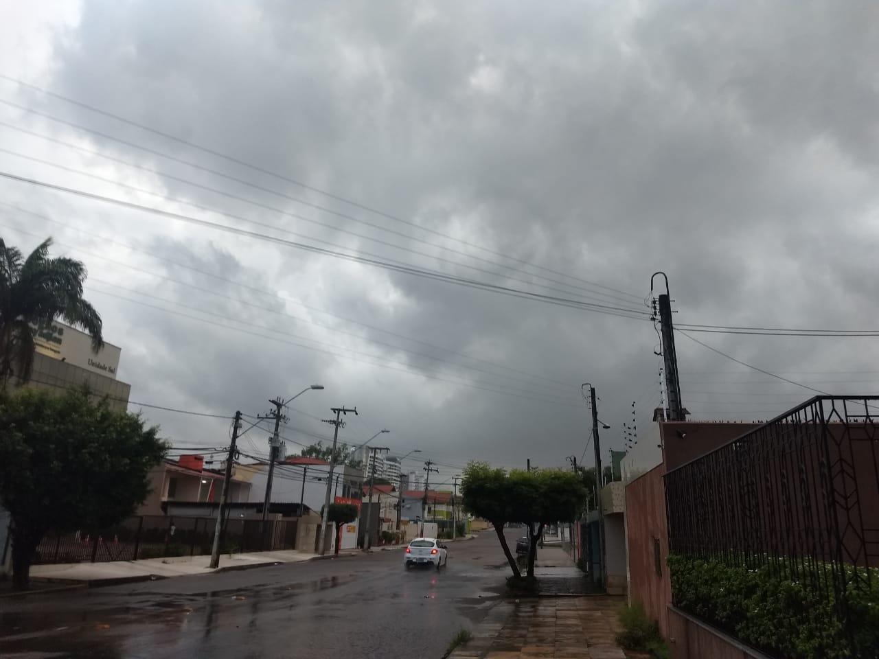 Em Fortaleza, chuvas são registradas desde o início da manhã (FOTO: Felipe Lima)