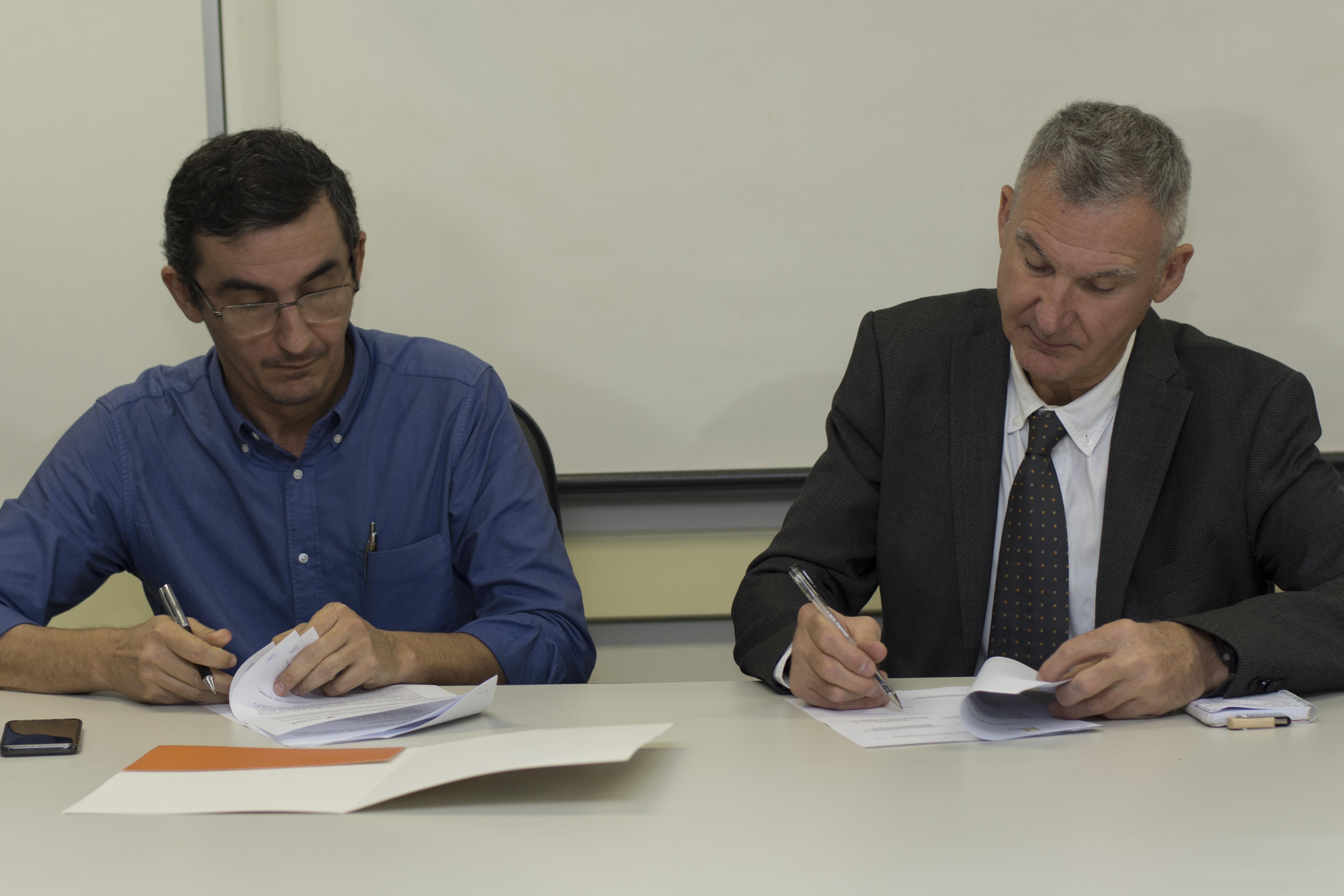 O presidente da Funceme, Eduardo Sávio Martins, e o presidente-diretor do Cirad, Sylvain Perret, assinam acordo de cooperação em Fortaleza (FOTO: Juliana Lima)