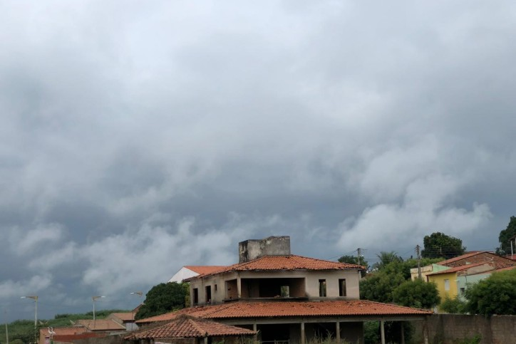 Segunda-feira chega com previsão de céu nublado com eventos de chuva no litoral, no Maciço de Baturité e na Ibiapaba