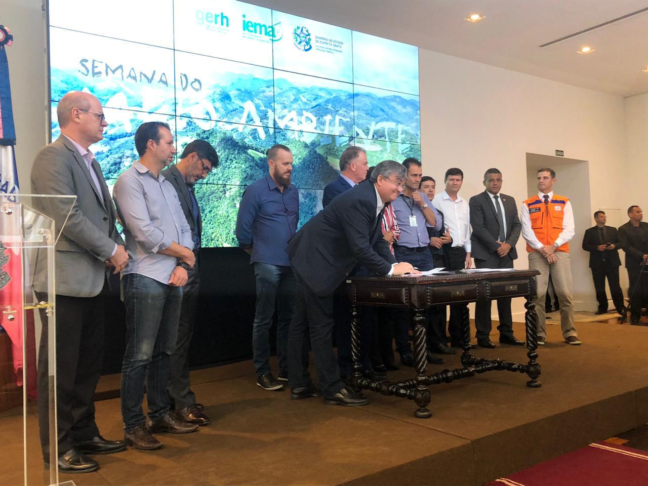 Representantes de diversos órgãos participaram da assinatura da expansão (FOTO: Reprodução)