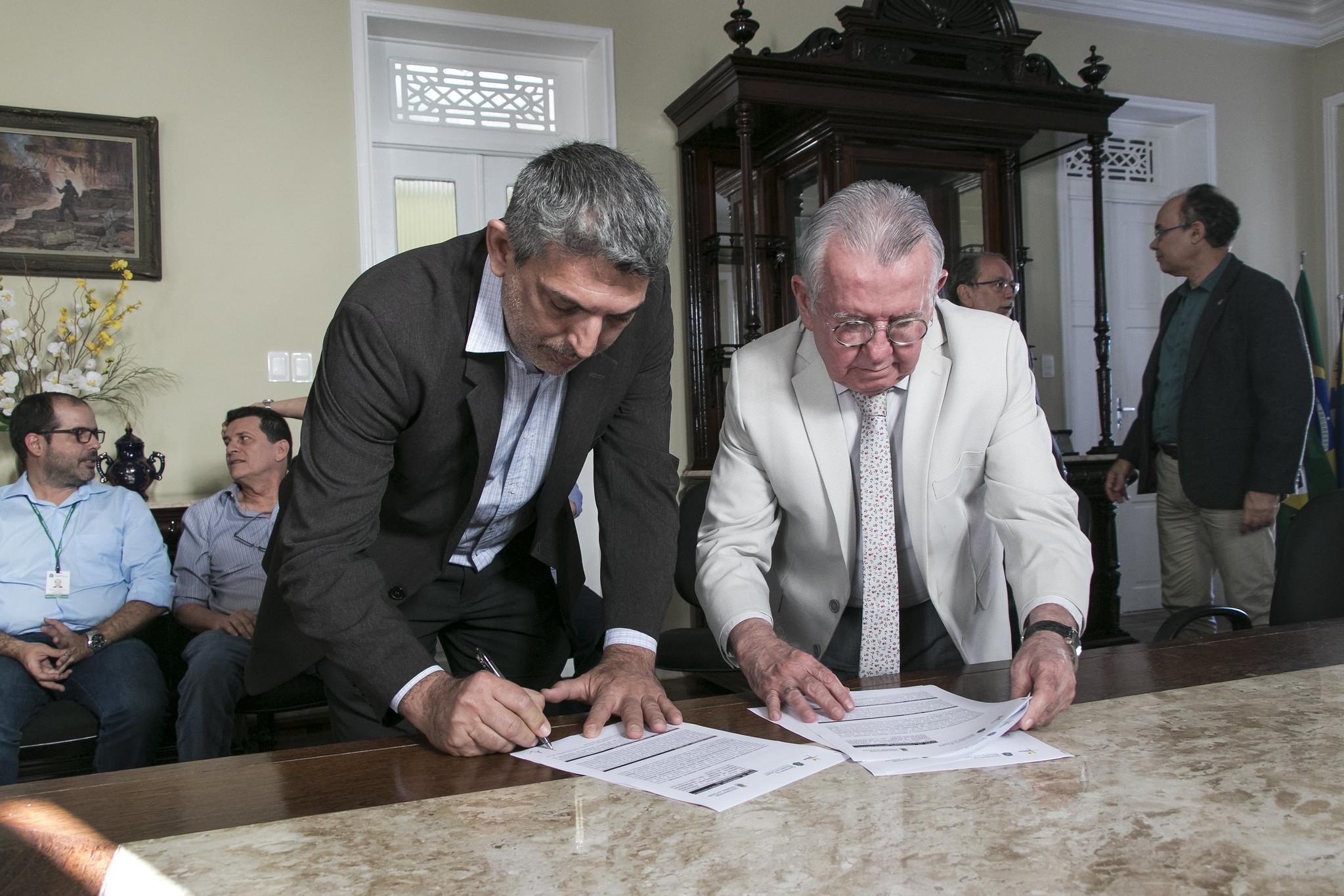 O diretor técnico da Funceme, Hoilton Rios, representou a entidade na assinatura do acordo (FOTO: Ribamar Neto/UFC)