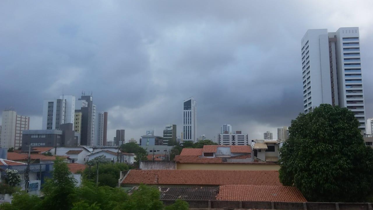 Fortaleza amanheceu com o tempo mais 'fechado' nesta segunda (FOTO: Bruno Rodrigues))
