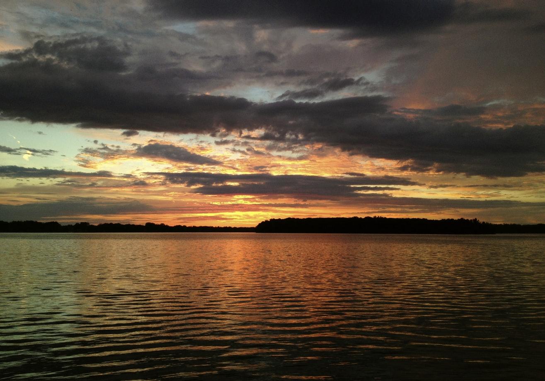 Céu sobre o litoral deve apresentar maior cobertura de nuvens no início da manhã (FOTO: Patrick Donnelly/Unsplash)