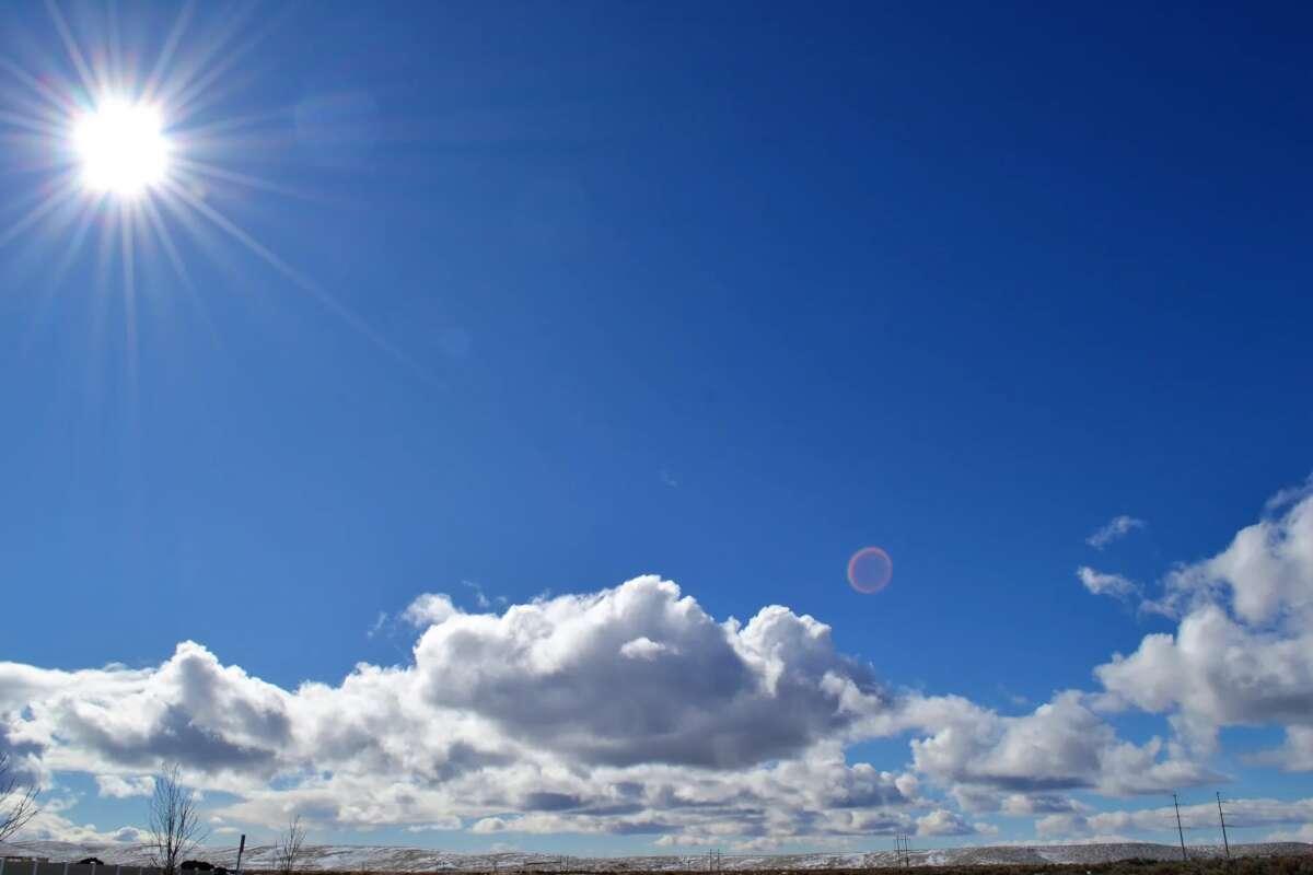 Céu com nuvens e sol forte