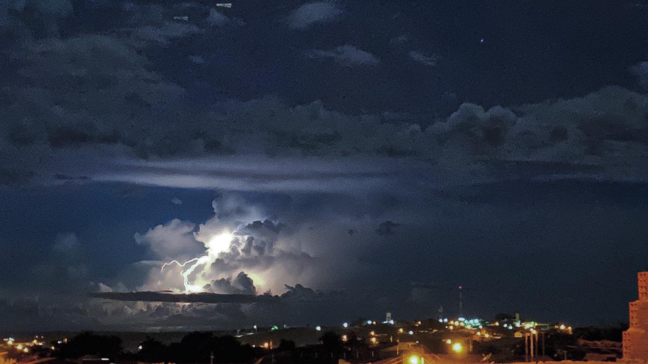 Nuvens mais desenvolvidas colaboraram para raios e trovões também (FOTO: Marciel Bezerra)
